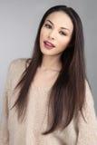Donkerbruin Aziatisch Model op Grey Background Stock Foto