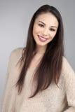 Donkerbruin Aziatisch Model op Grey Background Stock Fotografie