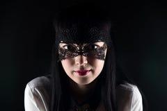 Donkerbruin Aziatisch vrouw en kantmasker Royalty-vrije Stock Foto
