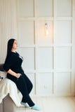 Donkerbruin binnenlands meisje thuis, Royalty-vrije Stock Foto's