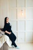 Donkerbruin binnenlands meisje thuis, Royalty-vrije Stock Fotografie