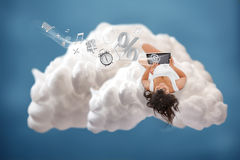 Donkerbruin die meisje met wolk gegevensverwerking wordt verbonden royalty-vrije stock afbeeldingen