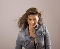 Donkerbruin Haar dat over Voorhoofd wordt geblazen Stock Foto