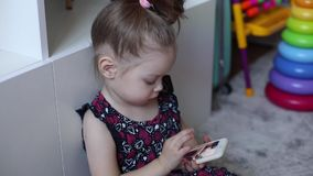 Donkerbruin kind met verzameld in de zitting van het staarthaar op vloer stock video