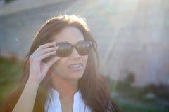 Donkerbruin koel meisje met zonnebril Stock Afbeeldingen