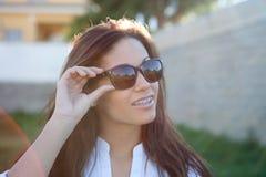 Donkerbruin koel meisje met zonnebril Stock Fotografie