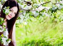 Donkerbruin meisje in bloesemtuin Royalty-vrije Stock Fotografie