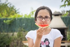 Donkerbruin meisje die met glazen watermeloen eten Royalty-vrije Stock Foto's