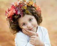 Donkerbruin meisje in een de herfstkroon royalty-vrije stock foto's