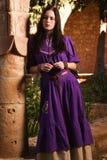 Donkerbruin meisje in een middeleeuws kostuum in een Agia Napa Middeleeuwse Monaste Royalty-vrije Stock Afbeeldingen