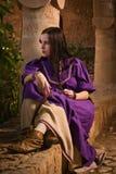 Donkerbruin meisje in een middeleeuws kostuum in een Agia Napa Middeleeuwse Monaste stock afbeelding