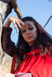 Donkerbruin meisje in een rode regenjas royalty-vrije stock foto