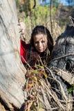 Donkerbruin meisje in een rode regenjas royalty-vrije stock afbeeldingen