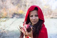 Donkerbruin meisje in een rode regenjas stock afbeelding