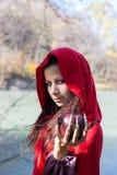 Donkerbruin meisje in een rode regenjas stock afbeeldingen