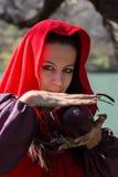 Donkerbruin meisje in een rode regenjas royalty-vrije stock foto's