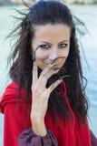 Donkerbruin meisje in een rode regenjas royalty-vrije stock fotografie