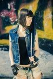 Donkerbruin meisje in korte denimborrels met een knuppel stock afbeelding