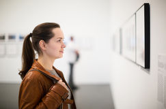 Donkerbruin meisje in kunstmuseum royalty-vrije stock afbeelding