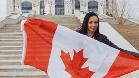 Donkerbruin meisje met de Vlag van Canada in Haar Handen het Glimlachen stock video