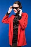 Donkerbruin meisje met een telefoon in zijn hand Stock Afbeeldingen