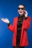 Donkerbruin meisje met een telefoon in zijn hand Royalty-vrije Stock Afbeeldingen