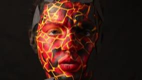 Donkerbruin meisje met het bodypainting op het lichaam in de vorm van bevroren lava stock footage