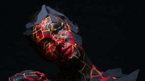 Donkerbruin meisje met het bodypainting op het lichaam in de vorm van bevroren lava stock videobeelden