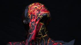 Donkerbruin meisje met het bodypainting op het lichaam in de vorm van bevroren lava stock video