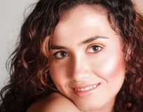 Donkerbruin meisje met krullend haar Royalty-vrije Stock Fotografie