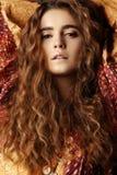 Donkerbruin meisje met lang en glanzend golvend haar Mooi model met krullend kapsel Royalty-vrije Stock Foto