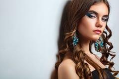 Donkerbruin meisje met lang haar en creatieve make-up Stock Foto