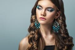 Donkerbruin meisje met lang haar en creatieve make-up Stock Fotografie