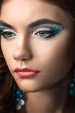 Donkerbruin meisje met lang haar en creatieve make-up Royalty-vrije Stock Foto's