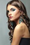 Donkerbruin meisje met lang haar en creatieve make-up Stock Afbeelding