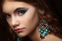 Donkerbruin meisje met lang haar en creatieve make-up Stock Afbeeldingen