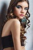 Donkerbruin meisje met lang haar en creatieve make-up Royalty-vrije Stock Afbeeldingen