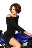 Donkerbruin meisje op motorfiets zwarte kleding Stock Foto
