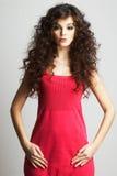 Donkerbruin meisje in rode kleding Stock Afbeelding