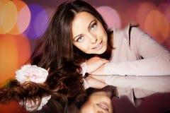 Donkerbruin meisje in studio Stock Foto's