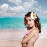 Donkerbruin meisje in tropisch strand met gelukkige madeliefjebloem Stock Foto
