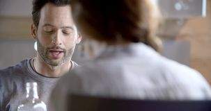 Donkerbruin mens het spreken detail Vier gelukkige echte spontane vrienden genieten hebbend lunch of diner samen thuis van of res stock video
