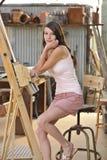 Donkerbruin Model bij de Schildersezel van de Kunstenaar Royalty-vrije Stock Afbeeldingen