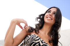 Donkerbruin model bij manier het glimlachen Stock Afbeeldingen