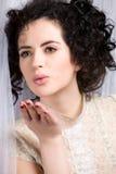 Donkerbruin model in kantblouse die een kus blaast Royalty-vrije Stock Foto's