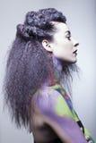 Donkerbruin model in studio met lichaamsverf Royalty-vrije Stock Foto's