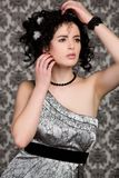 Donkerbruin model in zilveren kleding Stock Fotografie