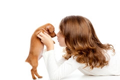 Donkerbruin profielmeisje met minipinscher van het hondpuppy Stock Foto