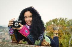 Donkerbruin sensueel meisje met oude fotocamera op film, die beelden nemen stock afbeeldingen