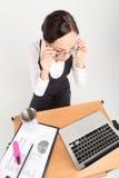 Donkerbruine bedrijfsdame met laptop en kop Stock Foto